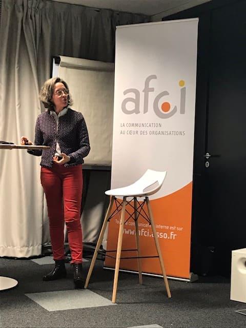 photo de Marina Bellouin Volant en pleine présentation des résultats de l'étude sur la communication interne