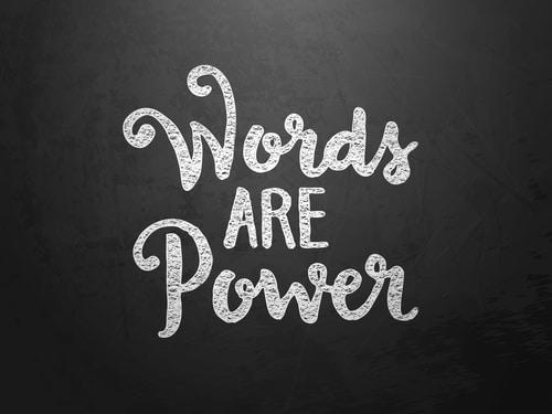 photo de mots dessinés à la craie qui disent que les mots sont le pouvoir