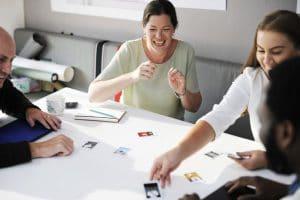 groupe de stagiaire autour d'un jeu de photolangage