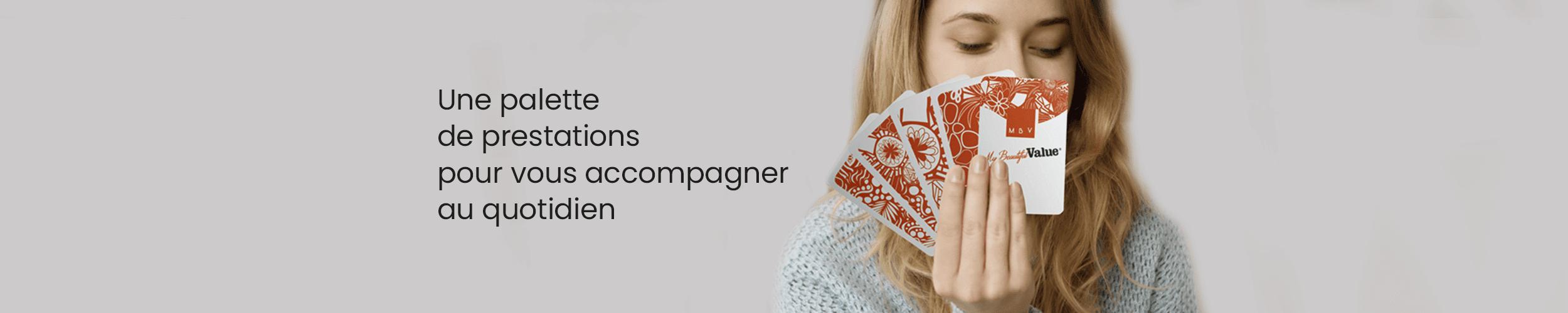 photo d'une jeune femme qui tient dans ses mains un jeu de carte aux couleurs de My Beautiful Value