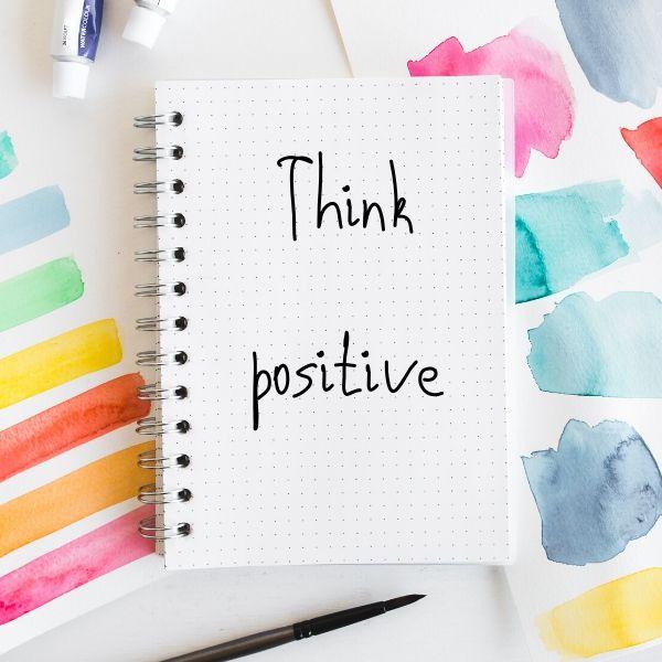 carnet et traits de peinture pour avoir des pensées positives