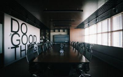 salle de réunion vide de collaborateurs