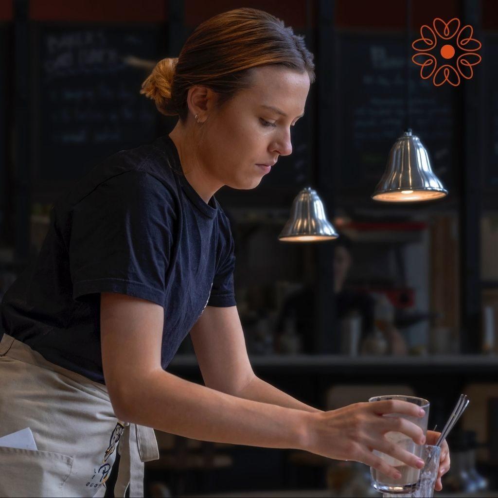 jeune femme servant dans un restaurant